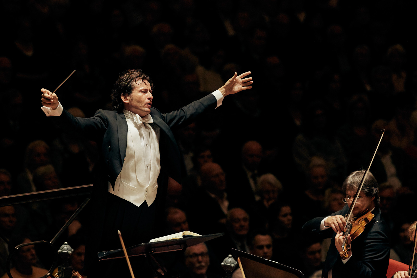 Conductor Gustavo Gimeno, photo by Anne Dokter